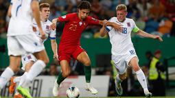 Penyerang muda timnas Portugal, Joao Felix berebut bola dengan pemain timnas Luksemburg, Florian Bohnert dalam laga lanjutan Grup B Kualifikasi Piala Eropa 2020 di Estadio Jose Alvalade, Jumat (11/10/2019). Portugal meraih kemenangan 3-0 atas tamunya, Luksemburg. (AP/Armando Franca)