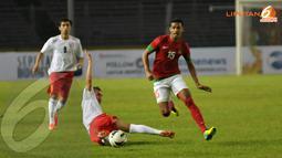 Pemain Timnas nomor 15, Hasyim Kipuw terlihat melompat menghindari terjangan pemain Kyrgyzstan (Liputan6.com/ Helmi Fithriansyah)