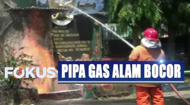 Warga menduga api berasal dari pipa gas alam yang bocor.