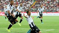 Pemain Udinese  Rodrigo Becao merayakan golknya ke gawang AC Milan pada pekan pertama Liga Italia 2019-2020. Udinese menang 1-0 di Dacia Arena, Minggu (25/8/2019) malam WIB. (Gabriele Menis/ANSA via AP)