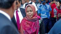Siti Aisyah tiba di Bandara Halim Perdanakusuma, Jakarta, Senin (11/3). Siti Aisyah kembali ke Indonesia setelah dibebaskan oleh Pengadilan Tinggi Shah Alam terkait kasus dugaan pembunuhan Kim Jong-Nam. (Liputan6.com/Faizal Fanani)