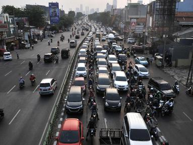 Kendaraan bermotor terjebak kemacetan di Jalan KH. Abdullah Syafei, Jakarta, Senin (9/9/2019). Perluasan wilayah ganjil genap yang berlaku hari ini membuat pengendara beralih ke ruas jalan alternatif sehingga jumlah kendaraan meningkat dan menyebabkan kemacetan panjang. (merdeka.com/Iqbal Nugroho)