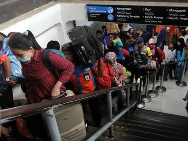 Ratusan pemudik berjalan menuju pintu kedatangan saat tiba di Stasiun Senen, Jakarta, Sabtu (9/7). Puncak arus balik pemudik di stasiun Senen diperkirakan terjadi pada besok Minggu (10/7). (Liputan6.com/Johan Tallo)