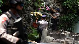 Personel Gegana Polda Metro Jaya  melakukan penyisiran di setiap sudut area Gereja Katedral, Jakarta, Rabu (24/12/2014). (Liputan6.com/Faizal Fanani)