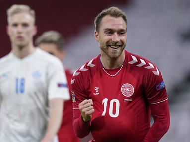 Gelandang Denmark, Christian Eriksen, merayakan gol pertama Denmark yang dibuatnya dalam laga UEFA Nations League Grup A2 melawan Islandia di Parken Stadium, Copenhagen, Denmark, Senin (16/11/2020) dini hari WIB. Denmark unggul 2-1 atas Islandia. (AFP/Liselotte Sabroe/Ritzau Scanpix).