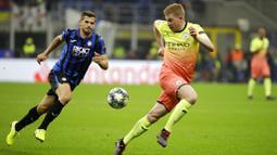 Gelandang Manchester City, Kevin De Bruyne, mengontrol bola saat melawan Atalanta pada laga Liga Champions 2019 di Stadion San Siro, Rabu (6/11). Kedua tim bermain imbang 1-1. (AP/Luca Bruno)