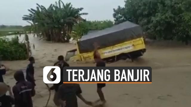 Sudah diingatkan warga tapi pengemudi truk mennghiraukan. Membuat sebuah truk nyungsep karena terjang banjir.