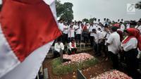 Aktivis 98 melakukan ziarah ke makam pejuang reformasi di TPU Tanah Kusir, Jakarta, Minggu (12/5/2019). Kegiatan itu untuk mengenang kembali empat mahasiswa Universitas Trisakti yang meninggal karena tertembak saat melakukan aksi memperjuangkan reformasi pada Mei 1998. (merdeka.com/Iqbal S Nugroho)