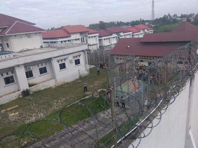 Seorang napi kabur dengan cara memanjat atap gedung