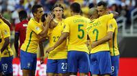 Pemain Brasil merayakan kemenangan atas Haiti (Reuters)