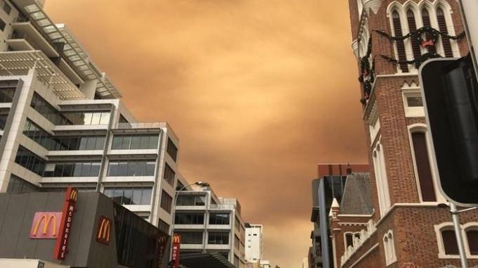 Kebakaran lahan menyebabkan langit di Perth, Australia, berubah menguning bak kulit jeruk. (Geraldine McGregor/BBC)