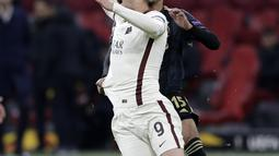 Penyerang AS Roma, Edin Dzeko saat dilanggar pemain Ajax, Revyne Rensch pada pertandingan leg pertama perempat final Liga Europa di Johan Cruyff ArenA di Amsterdam, Belanda, Jumat (9/4/2021). AS Roma menang 2-1 atas Ajax. (AP Photo/Peter Dejong)