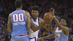 Pemain Warriors, Nick Young (tengah) berusaha melewati adangan pemain Sacramento Kings pada laga NBA basketball game di Golden 1 Center, Oakland, California, (16/3/2018). King menang 98-93. (AP/Ben Margot)