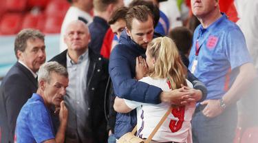 Kegagalan Timnas Inggris meraih trofi Euro 2020 usai ditaklukkan Italia membuat hati para suporter termasuk istri dari penyerang The Three Lions, Harry Kane, hancur lebur. (Foto:AFP/Carl Recine)