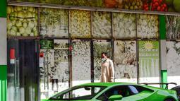 Direktur Pelaksana Pakistan Supermarket Dubai Muhammad Jehanzeb duduk dalam Lamborghini Huracan sebelum mengirim pesanan mangga di Dubai, Uni Emirat Arab, Kamis (2/7/2020). Supermarket tersebut mengantarkan pesanan mangga untuk minimal pesanan sekitar USD 27. (CACACE GIUSEPPE/AFP)