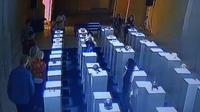 Seorang wanita di Amerika Serikat menyebabkan kerusakan senilai Rp 2 miliar, setelah tak sengaja menjatuhkan benda koleksi museum.