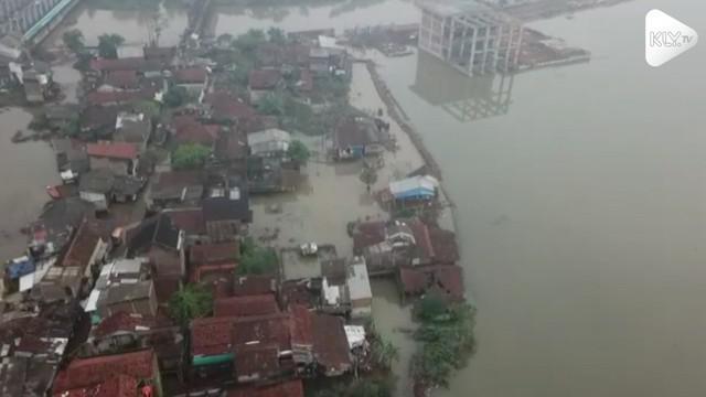 Luapan sungai Citarum masih menggenangi permukiman warga dan membuat ratusan warga mengungsi hingga hari ini.
