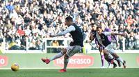 Pemain Juventus Cristiano Ronaldo mencetak gol ke gawang Fiorentina pada pertandingan Liga Italia di Allianz Stadium, Turin, Italia, Minggu (2/2/2020). Ronaldo tampil memukau dengan menorehkan dua gol saat Juventus menang 3-0. (Fabio Ferrari/Lapresse via AP)