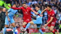 Gelandang Manchester City, Bernardo Silva, berupaya untuk menghentikan kapten Liverpool, Jordan Henderson, kala kedua tim bertemu di pekan ketujuh Liga Inggris, Minggu (3/10/2021). Duel dua tim di Anfield tersebut berakhir imbang 2-2. (PAUL ELLIS / AFP)