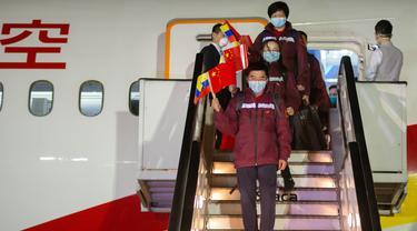 Tim ahli medis China tiba di Bandara Internasional Simon Bolivar, La Guaira, Venezuela (30/3/2020). China mengirimkan tim ahli medis ke Venezuela untuk membantu melawan COVID-19, demikian diumumkan Juru Bicara Kementerian Luar Negeri China Hua Chunying pada Senin (30/3). (Xinhua/Marcos Salgado)