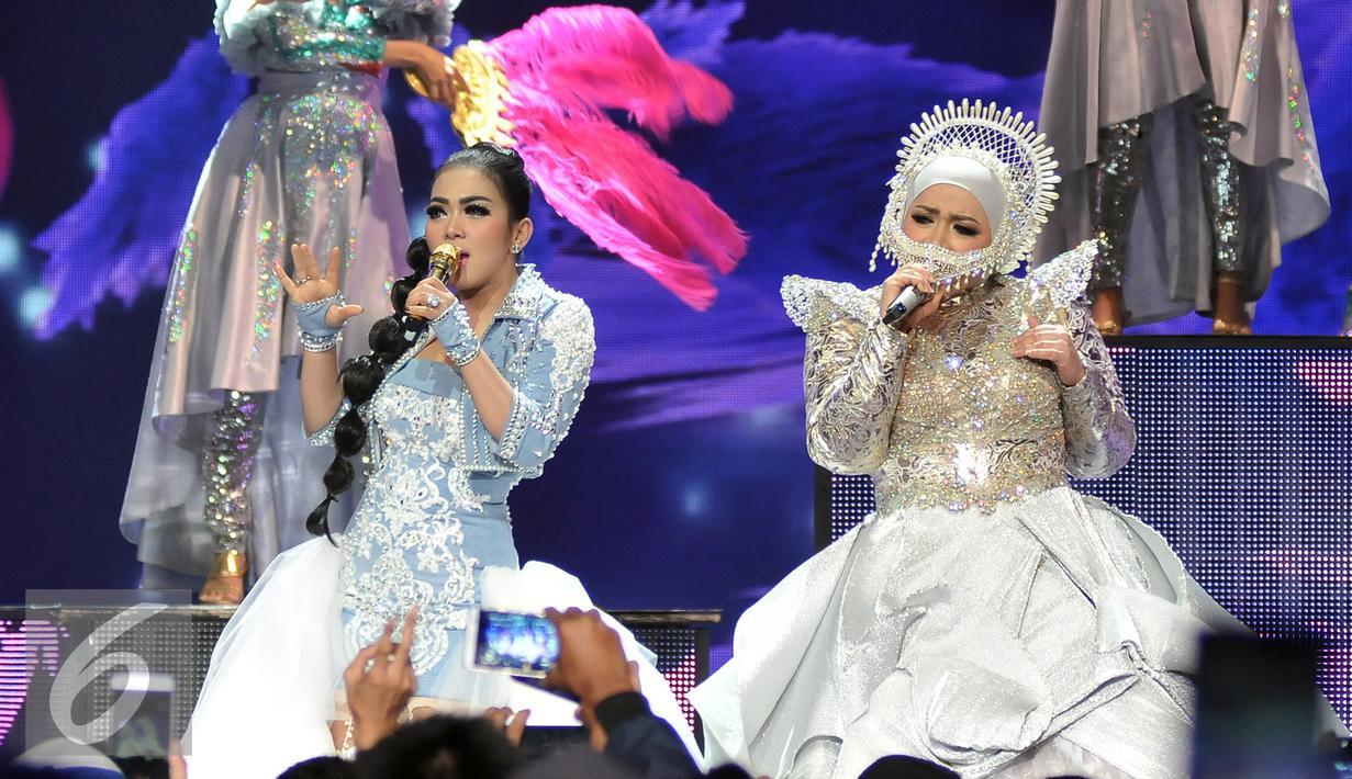 Syahrini dan Melly Goeslaw saat tampil di Malam Puncak HUT SCTV ke 26 di Istora Senayan, Jakarta, Rabu (24/8). Syahrini tampil dengan rambut kepang bergelombang sedangkan Melly mengenakan headpiece (Liputan6.com/Johan Tallo)