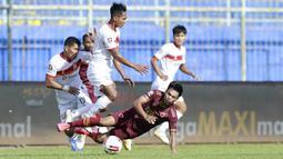 Gelandang PSM Makassar, Saldy (kanan) terjatuh saat berebut bola dengan gelandang Borneo FC, Hendro Siswanto dalam laga matchday ke-3 Grup B Piala Menpora 2021 di Stadion Kanjuruhan, Malang, Rabu (31/3/2021). (Bola.com/M Iqbal Ichsan)