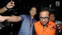 Bupati Mesuji, Khamami kenakan rompi tahanan dikawal petugas usai menjalani pemeriksaan 1x24 jam di gedung KPK, Jakarta, Jumat (25/1). Khamami terjaring OTT dengan barang bukti uang Rp 1,2 M terkait fee suap proyek infrastruktur. (merdeka.com/Dwi Narwoko)