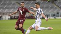 Rolando Mandragora dari Torino menghadapi Cristiano Ronaldo dari Juventus, kanan, selama pertandingan sepak bola Liga Italia di Stadion Olimpico Grande Torino di Turin, Italia, Sabtu, 3 April 2021. (Marco Alpozzi / LaPresse via AP)