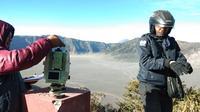 Sejumlah wisatawan menyaksikan fenomena ekstrem Gunung Bromo di Kabupaten Probolinggo, Jawa Timur, berupa embun beku menyerupai kristal es. (Liputan6.com/Dian Kurniawan)