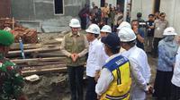 Presiden Joko Widodo atau Jokowi meninjau pembangunan rumah tahan gempa di Kota Mataram, NTB, Jumat (22/3/2019). (Merdeka.com/Titin Supriatin)