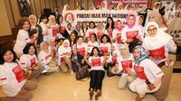 Kelompok emak-emak Melati Putih Indonesia foto bersama deklarasi dukungan Prabowo-Sandi pada Pilpres 2019 di Bambu Apus Raya, Jakarta, Jumat (14/9). Deklarasi dukungan digelar di kediaman Djoko Santoso. (Liputan6.com/Fery Pradolo)