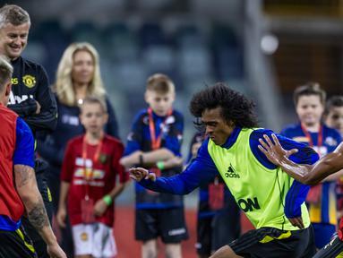Pelatih Manchester United (MU), Ole Gunnar Solskjaer melihat para pemainnya beralatih jelang pertandingan tur pramusim melawan Perth Glory di Stadion Optus di Perth, Australia (11/7/2019). MU dijadwalkan menggelar tur pramusim di Australia, Tiongkok, dan Singapura. (AFP Photo/Tony Ashby)
