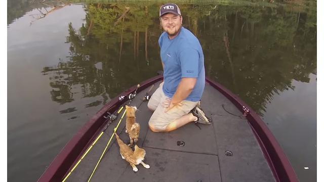 Walau tak mendapat ikan, pria ini bahagia karena dapat menyelamatkan binatang malang tersebut.