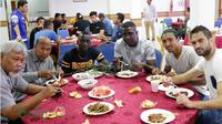 Pelatih T-Team, Rahmad Darmawan, dan para pemainnya yang pernah bermain di ISL seperti Makan Konate, Abdoulaye Maiga, dan Rohit Chand, saat makan malam bersama pemain T-Team lainnya, Senin (25/1/2016). (Bola.com/Nicklas Hanoatubun)