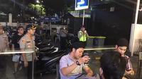 Polisi membubarkan sejumlah anak muda yang tengah nongkrong di Jakarta Selatan. (Liputan6.com/Yopi Makdori)