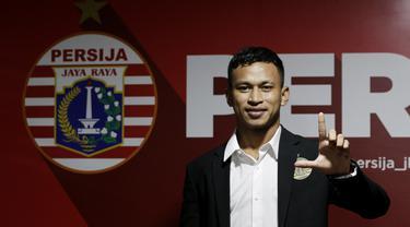 Pemain baru Persija Jakarta, Osvaldo Haay, berpose usai diperkenalkan di Kantor Persija, Kuningan, Jakarta, Senin, (10/2/2020). Pemain andalan Timnas Indonesia U-23 itu resmi memperkuat Macan Kemayoran musim depan. (Bola.com/M Iqbal Ichsan)
