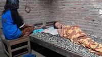 Mbah Kadiyem dan anaknya yang sakit tinggal di hutan dengan rumah berukuran 3x3 meter, tanpa penerangan listrik. (Foto: Solopos.com/TKSK Jenar)