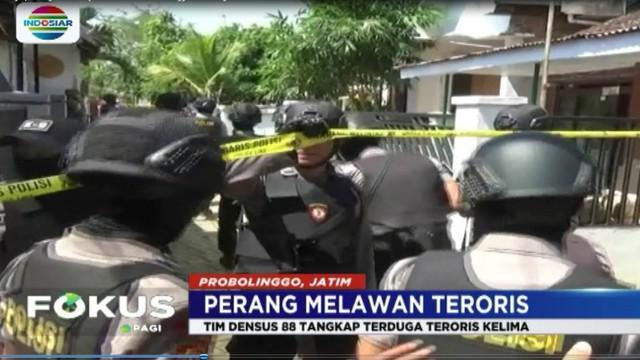 Seorang karyawan pabrik lem di Probolinggo ditangkap Tim Densus 88 karena diduga terkait dengan rangkaian ledakan bom  di Surabaya.