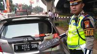 Polisi amankan pengendara gunakan pelat ganda saat ganjil genap. (Liputan6.com/Ronald)