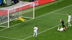 Pemain timnas Kroasia, Ivan Perisic mencetak gol ke gawang Inggris pada babak semifinal Piala Dunia 2018 di Stadion Luzhniki, Rabu (11/7). Kroasia menembus final usai menyingkirkan Inggris 2-1 lewat perpanjangan waktu. (AP/Thanassis Stavrakis)