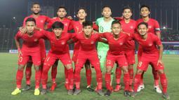Para pemain Timnas Indonesia foto bersama sebelum melawan Thailand pada laga Piala AFF U-22 2019 di Stadion National Olympic, Phnom Penh, Selasa (26/2). Indonesia menang 2-1 atas Thailand. (Bola.com/Zulfirdaus Harahap)