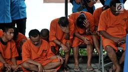 Tersangka dihadirkan dalam rilis pemusnahan narkotika di BNN, Jakarta, Selasa (12/3). BNN memusnahkan barang bukti ganja seberat 1,3 ton, sabu seberat 18,6 kilogram, dan ekstasi sebanyak 19.080 butir. (merdeka.com/ Iqbal S. Nugroho)