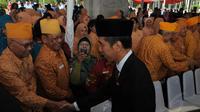 Usai upacara, Jokowi menyalami sejumlah pejabat Pemprov DKI dan veteran TNI di barisan kursi undangan, Jakarta, Minggu (17/8/14). (Liputan6.com/Herman Zakharia)