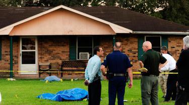 Petugas keamanan saat menyelidiki tempat terjadinya penusukan yang terjadi di Louisiana, AS, Rabu (26/8/2015). Dua orang ditikam dan satu orang petugas kepolisian ditembak dalam peristiwa tersebut. (REUTERS/Leslie Westbrook)