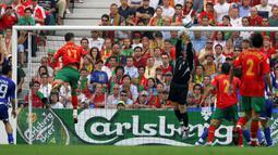Gol pertama Cristiano Ronaldo dicetak pada partai pembukaan Euro 2004 di Grup A melawan Yunani di Dragao Stadium, Porto (12/6/2004). Gol terjadi di masa injury time setelah Portugal tertinggal 0-2. Hasil akhir Portugal kalah 1-2. (Foto: AFP/Aris Messinis)