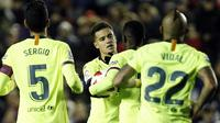Para pemain Barcelona merayakan gol Philippe Coutinho ke gawang Levante pada leg pertama babak 16 besar Copa del Rey. Barcelona kalah 1-2, Jumat (11/1/2018) dini hari WIB. (AP Photo/Alberto Saiz)