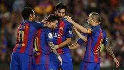 Para pemain Barcelona berusaha menenangkan Lionel Messi, yang kecewa usai pertandingan melawan Eibar pada laga pekan terakhir La Liga di Camp Nou, Minggu (21/5/2017). Meski menang, Barcelona tetap gagal juara La Liga. (AP/Manu Fernandez)