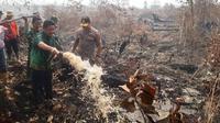 Gubernur Sumsel Herman Deru saat meninjau lokasi kebakaran lahan di Kecamatan Tulung Selapan, Ogan Komering Ilir Sumsel (Liputan6.com / Nefri Inge)