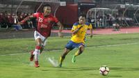 Duel I Made andhika vs Muhammad Zulfadhmi di Stadion I Wayan Dipta, Gianyar, Selasa (16/1/2018). (Bola.com/Ronald Seger Prabowo)