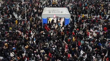 Suasana saat calon penumpang menunggu kereta di sebuah stasiun di Hangzhou, Provinsi Zhejiang, China, Minggu (10/2). Jutaan warga China mulai kembali bekerja setelah menghabiskan liburan Tahun Baru Imlek di kampung halaman. (Chinatopix via AP)